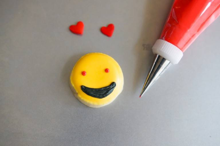 emoji-valentine-cookies-heart-eyes-dots-768x511.jpg