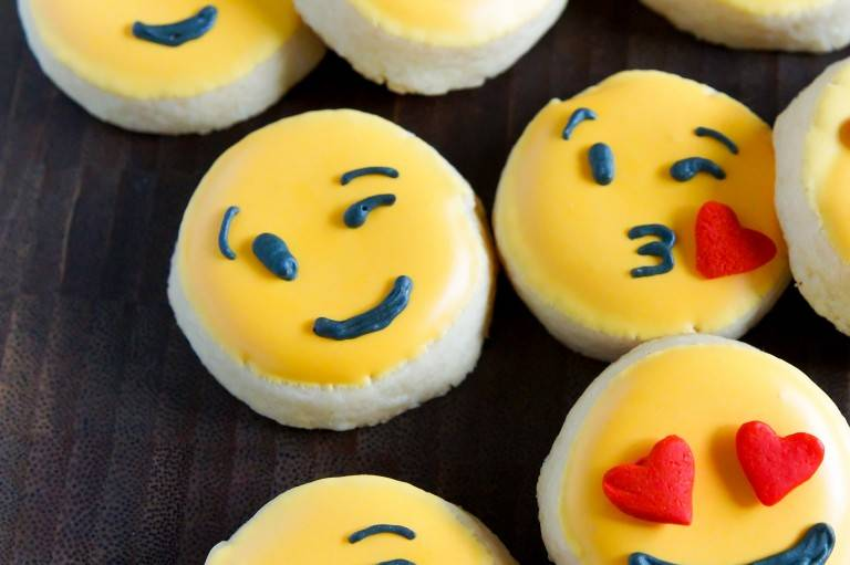 emoji-valentine-cookies-wink-close-768x511.jpg