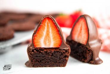 Chocolate Covered Strawberry Brownie Bites